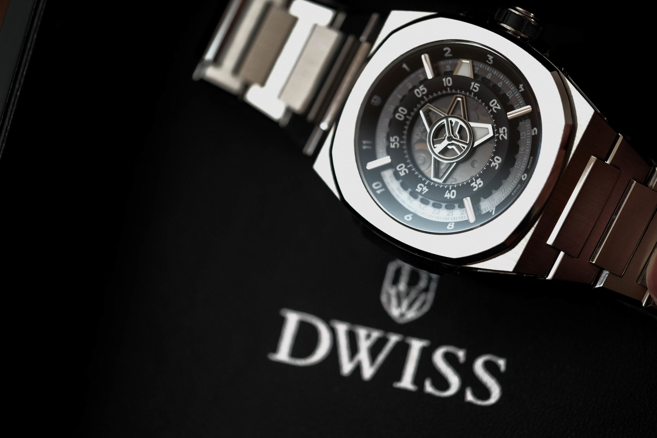 Логотип DWISS с часами